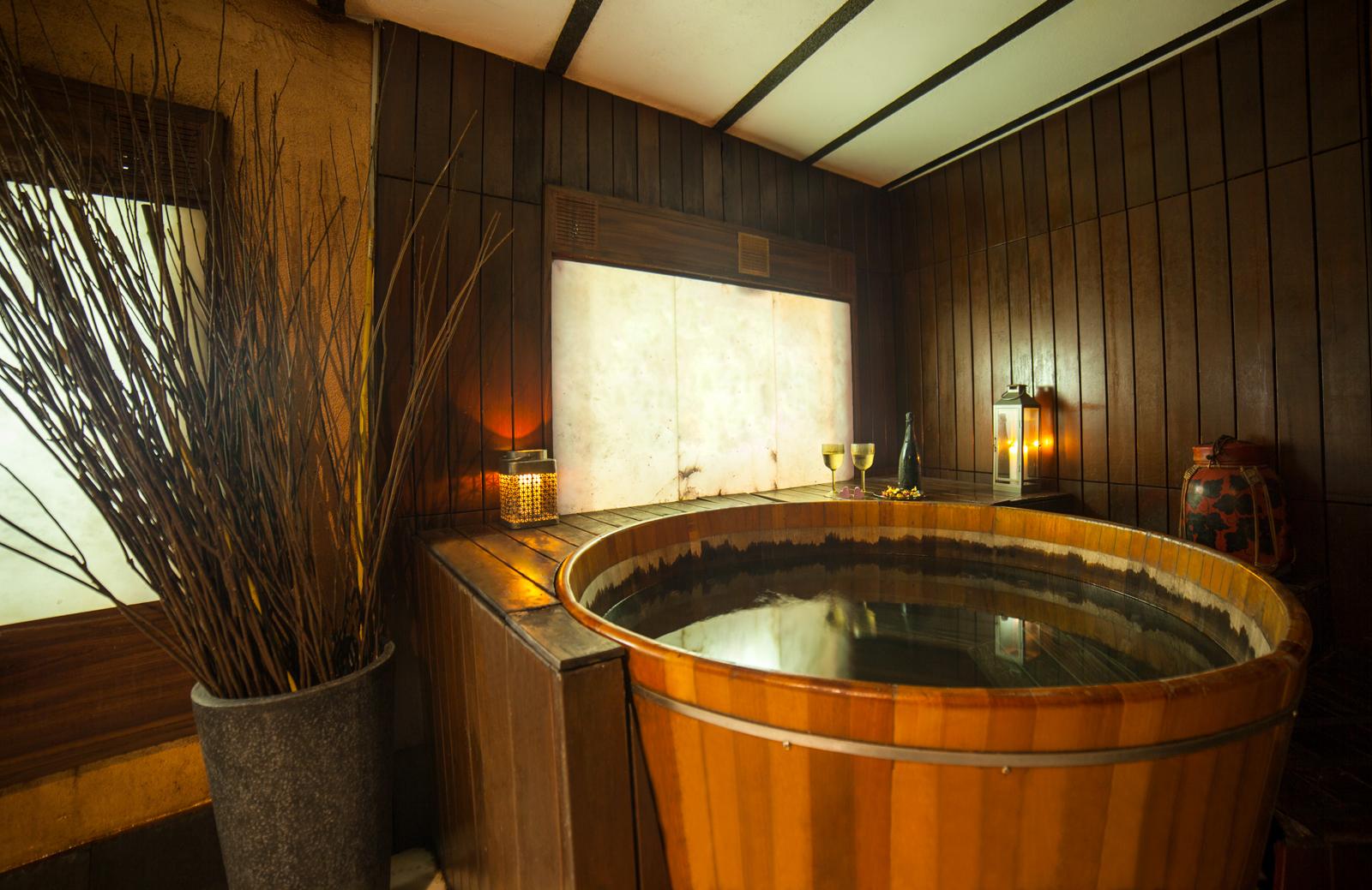 El 'ofuro' es la bañera de agua caliente clásica en el baño japonés © Las Recreativas