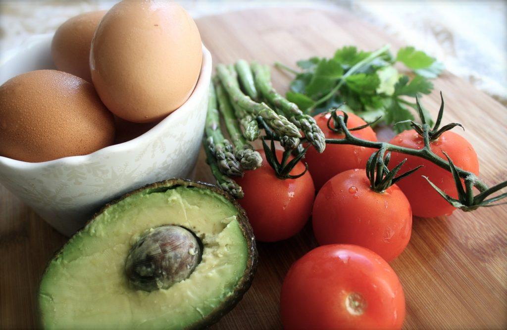 Huevo, tomate y aguacate, una deliciosa mezcla proteica para nuestro desayuno.