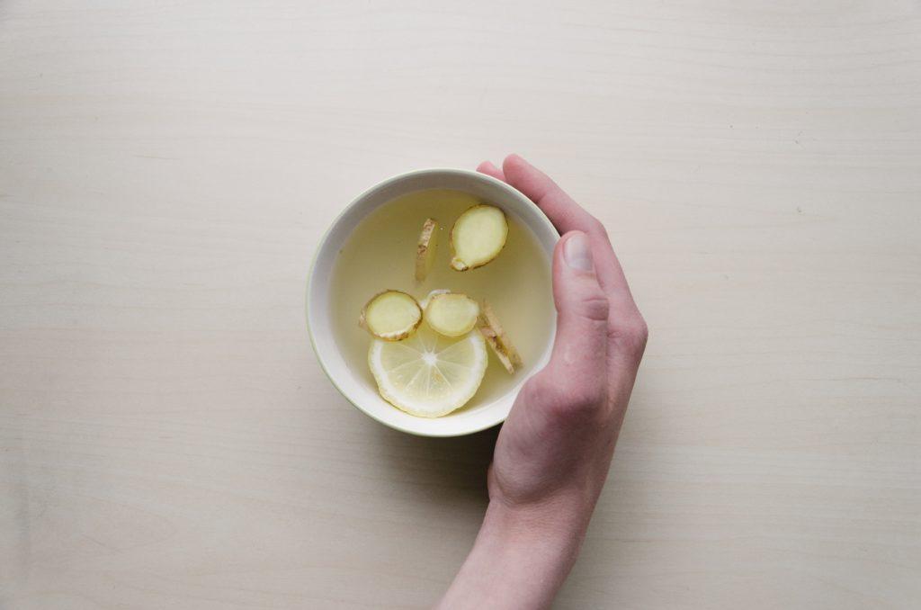 Una infusión de jengibre y limón es un gran remedio natural contra el dolor de garganta.