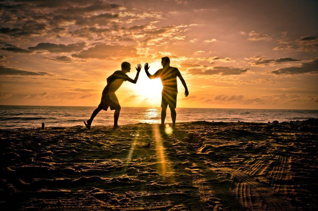 Tomar el sol aumenta nuestros niveles de serotonina, la 'hormona de la felicidad'