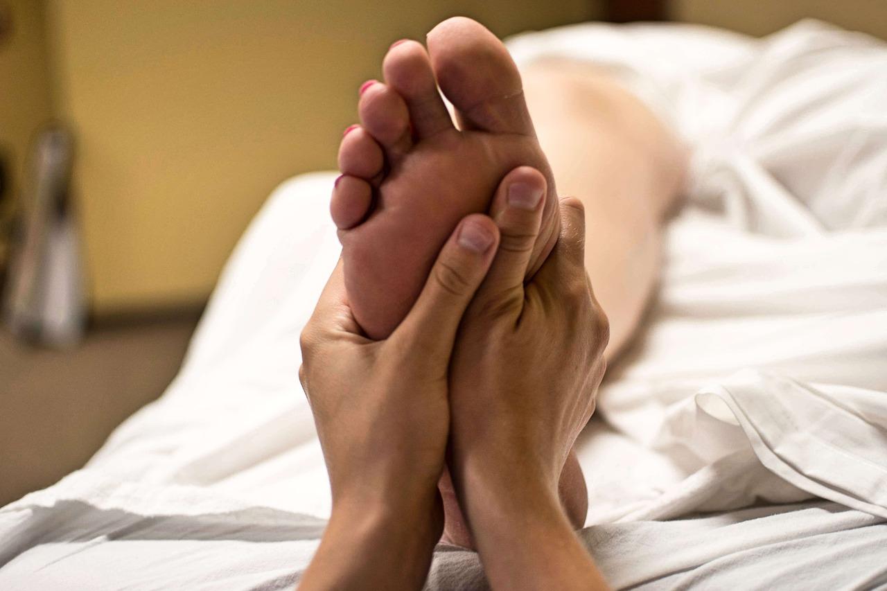 La reflexología podal es una de las vertientes más conocidas de esta técnica de masaje