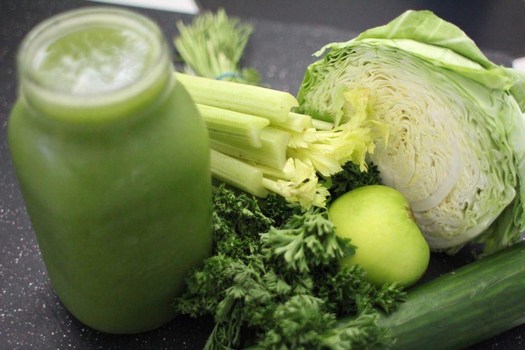 La col es uno de los ingredientes menos conocidos en los smoothies, pero tiene multitud de propiedades que ayudarán a que nuestro organismo mejore.
