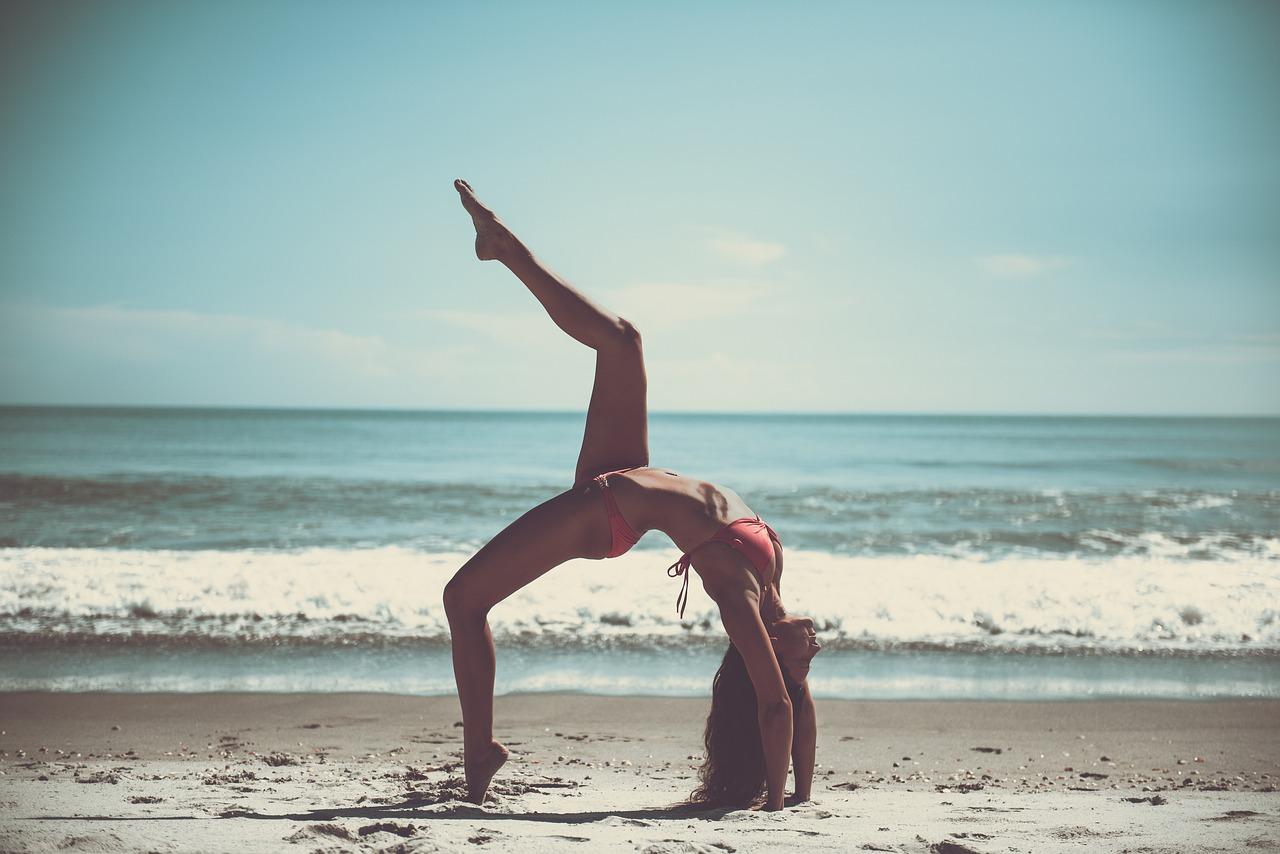 Cualquier lugar es bueno para practicar yoga, pero si es con el sonido del mar de fondo... ¡Incluso mejor!