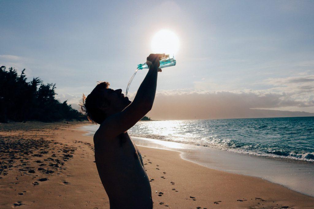 Hidratarse bien y alejarse del calor en verano es vital para conseguir una mejor circulación de nuestra sangre