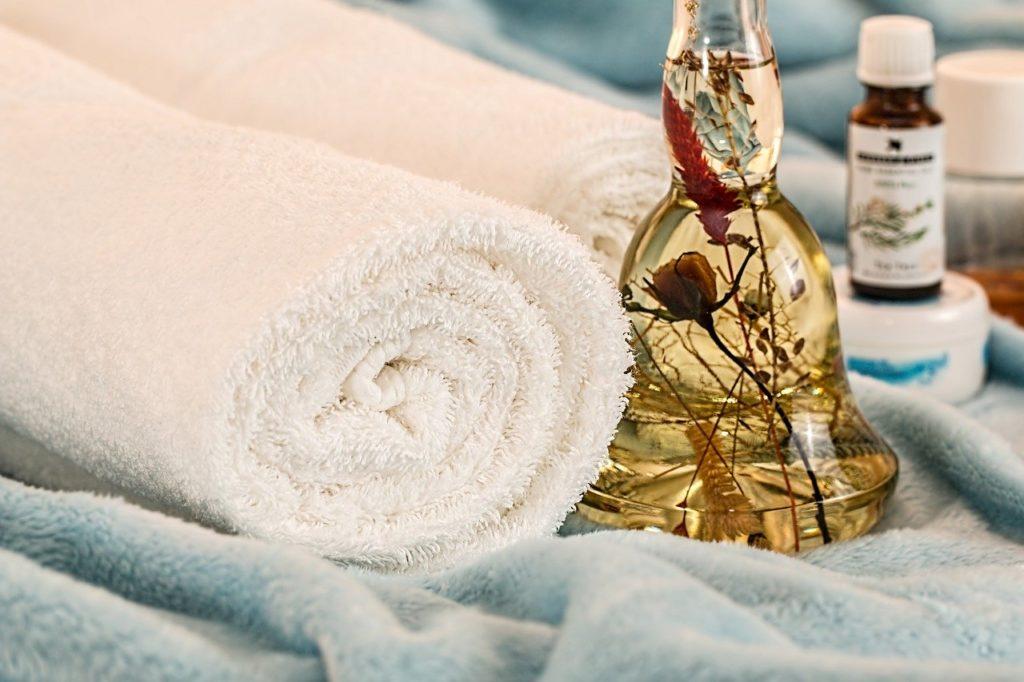 En esenzias utilizamos aceites esenciales durante los masajes que ayudarán a mejorar también el estado de tu piel.